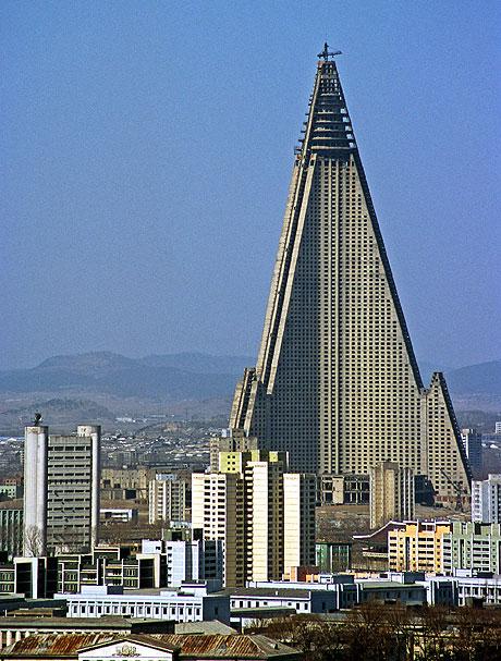 http://www.roumazeilles.net/news/fr/wordpress/wp-content/uploads/2008/02/ryugyong-hotel.jpg